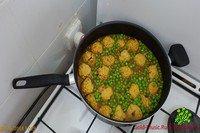 Куриные тефтельки с зелёным горошком