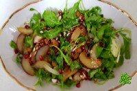 Салат из персиков, рукколы и миндаля