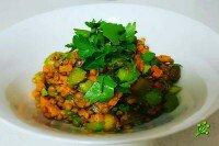 Зимний салат из чечевицы, батата и сельдерея